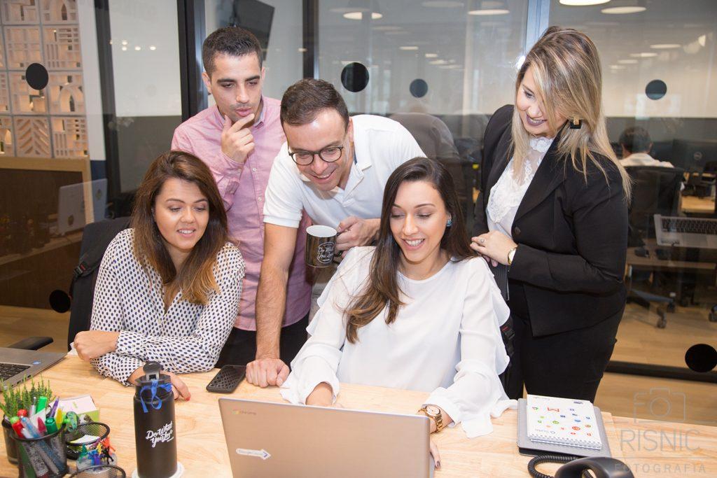 Produção de Retratos Corporativos, nesta foto temos a equipe da Somos Nuvem interagindo no computador