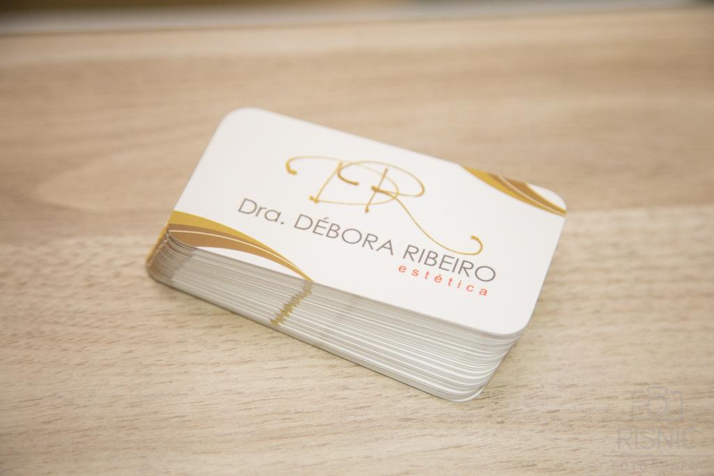 Ambientes Corporativos Clínica Estética Dra Débora Ribeiro. Nesta fotos temos o cartão de visitas da clínica