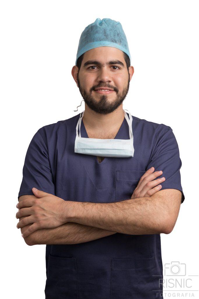 Retrato Corporativo do Médico Especialista em Urologia Thiago Mourão, usando roupa cirúrgica