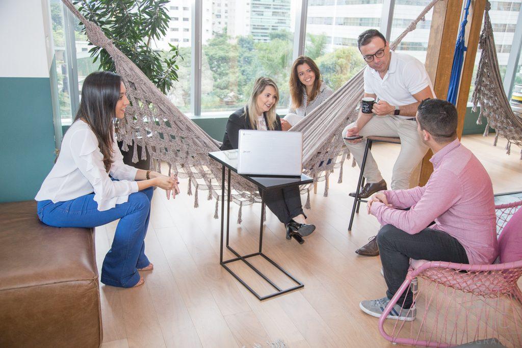 Produção de Retratos Corporativos, temos a equipe da Somos Nuvem descontraída na área de descanso, no escritório da Wework