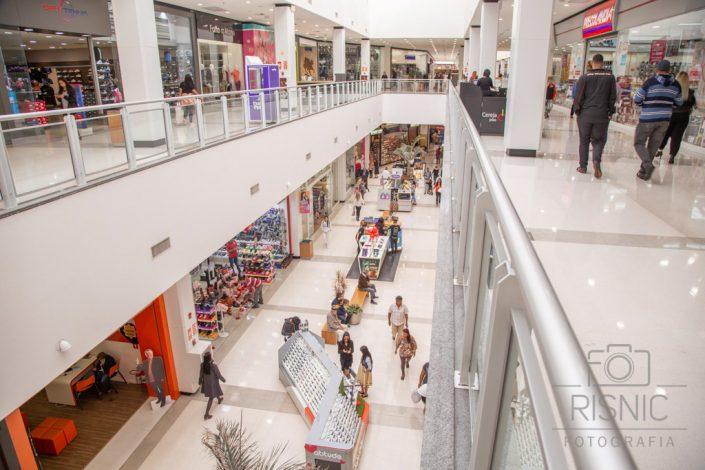 Foto com vista ampla do vão do Shopping Metrô Itaquera