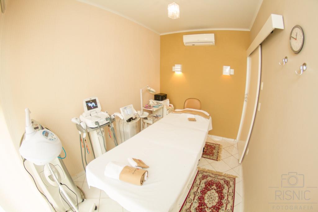 Ambientes Corporativos Clínica Estética Dra Débora Ribeiro. Nesta fotos temos a sala de tratamentos com todos equipamentos