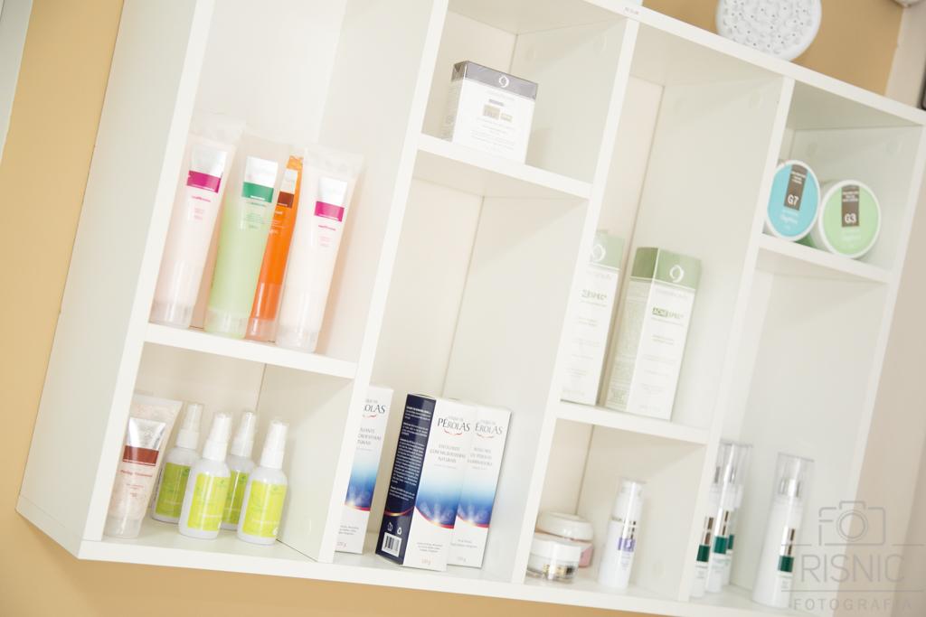 Ambientes Corporativos Clínica Estética Dra Débora Ribeiro. Nesta foto vemos os produtos utilizados na Clínica