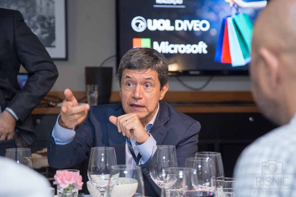 Nesta foto temos o Gil Torquato, CEO do UOLDIVEO, sentado a mesa e conversando