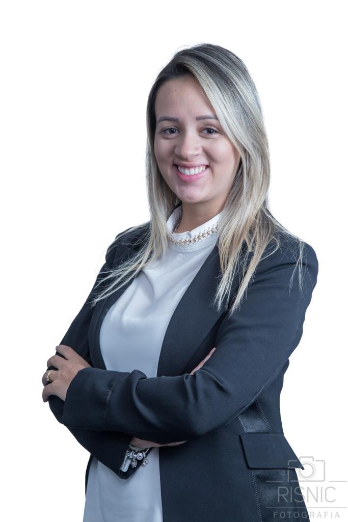 Retrato Corporativo do MARIANA COELHO, advogada e contadora do escritório Loddi Ramires Advogados. Ele está de pé em fundo branco.