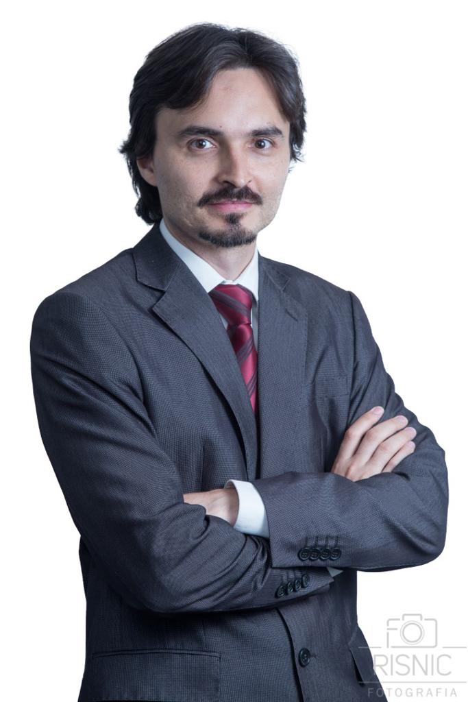 Retrato Corporativo do LUÍS PICCININ JÚNIOR, do escritório Loddi Ramires Advogados. Ele está de pé em fundo branco.