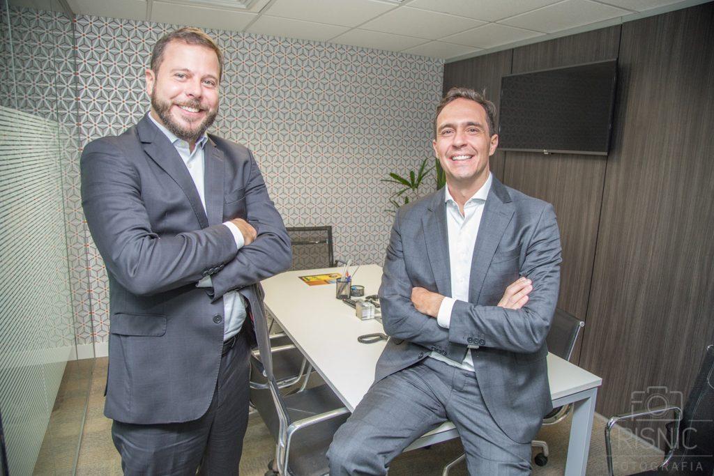Retrato Corporativo dos sócios Mauricio Loddi e Rogério Ramires, do escritório Loddi Ramires Advogados. Eles estão lado a lado em uma das salas do escritório.