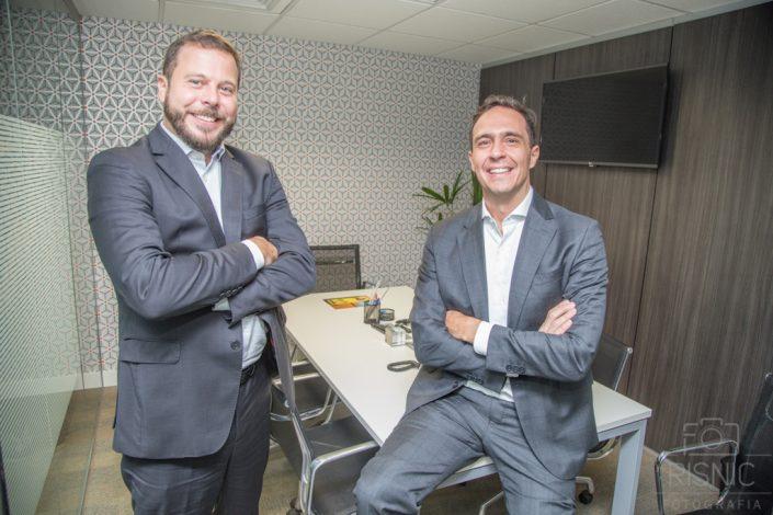 Retrato Profissional dos sócios Mauricio Loddi e Rogério Ramires, do escritório Loddi Ramires Advogados. Eles estão lado a lado em uma das salas do escritório.