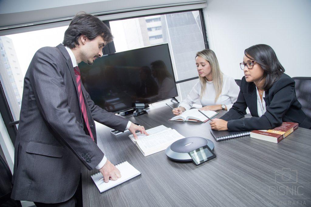 Advogados em reunião. Fotografia de Retratos Corporativos