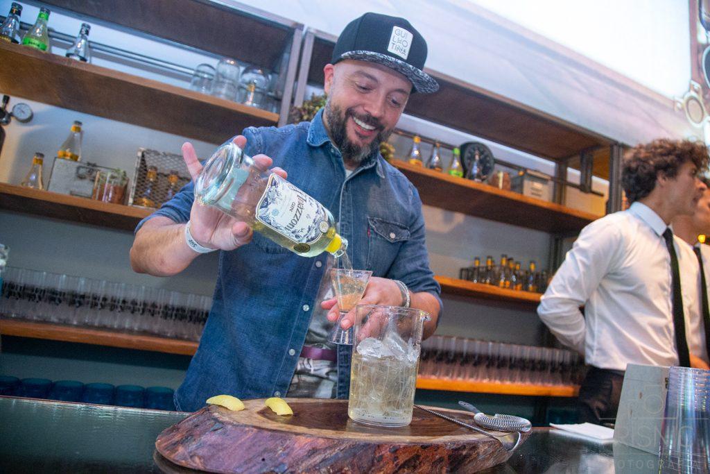 Nesta foto temos o Bartender Márcio Silva, bartender do ano 2017 eleito por VEJA COMER & BEBER. Fotografia Corporativa, World Gin Day realizado na Casa Bossa em São Paulo