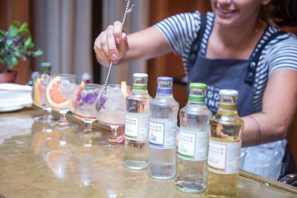 Bartender Adriana Pino preparando drink no Evento World Gin Day em São Paulo, realizada no Shopping Cidade Jardim