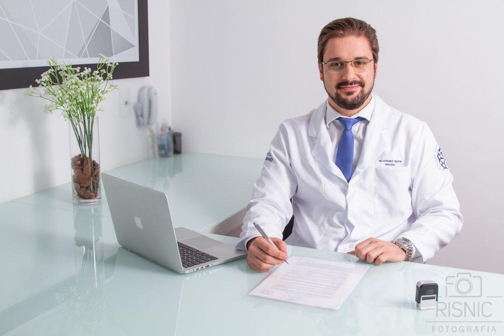 Nesta foto o médico está sentado na sala do consultório. Retrato Corporativo do Dr Leonardo Welter, Médico Especialista em Urologia do Hospital Sírio Libanês.
