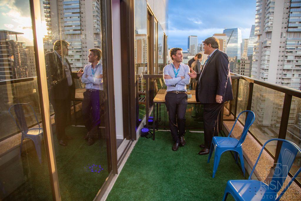Varanda da empresa Accera, dois executivos conversando