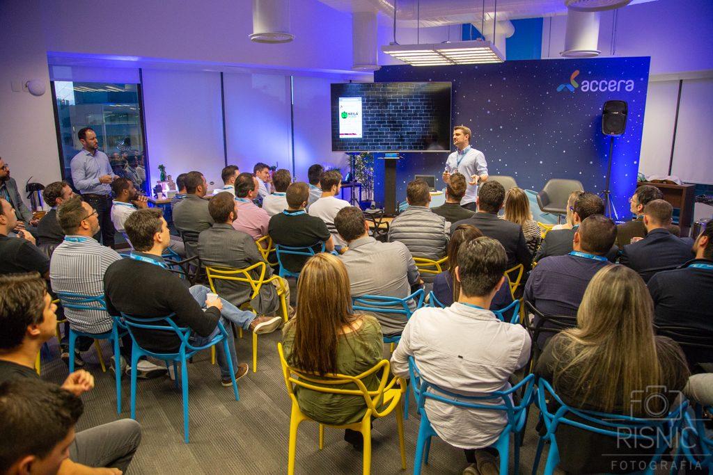 Palestras dentro da empresa Accera, ao fundo temos o Cristhiano Faé, Co-Founder & CEO