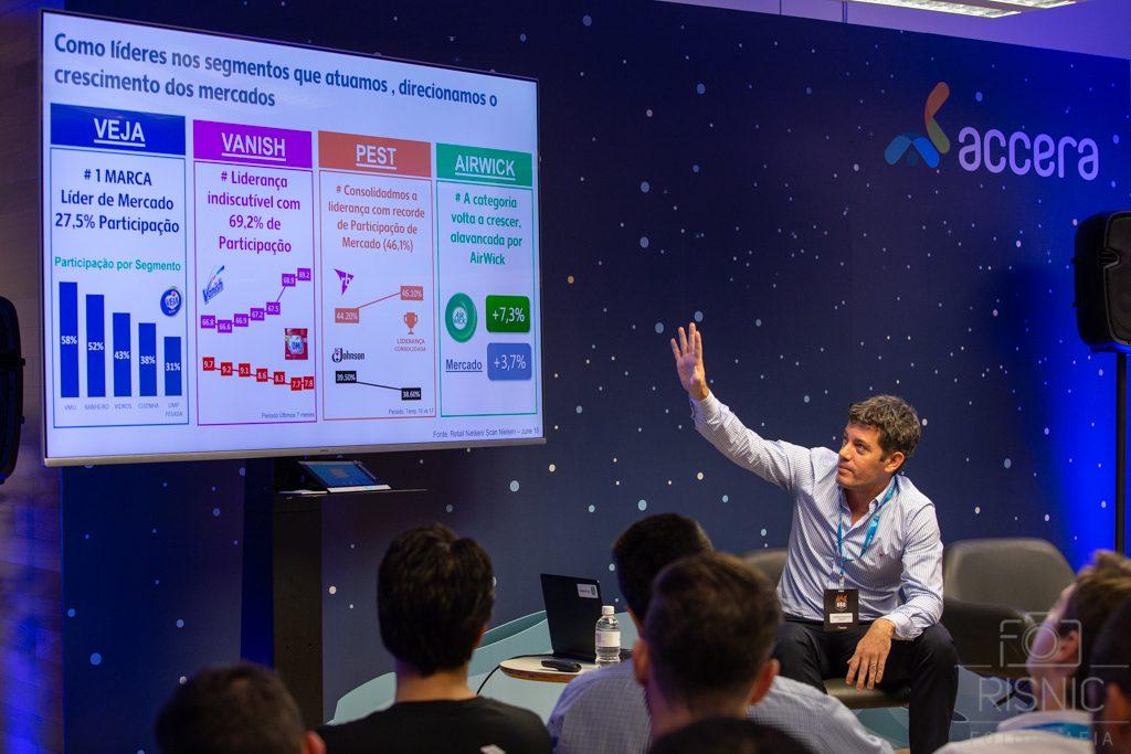 Gonzalo Balcazar, executivo da Reckitt Benckiser expondo sua palestra no evento da Accera BBQ