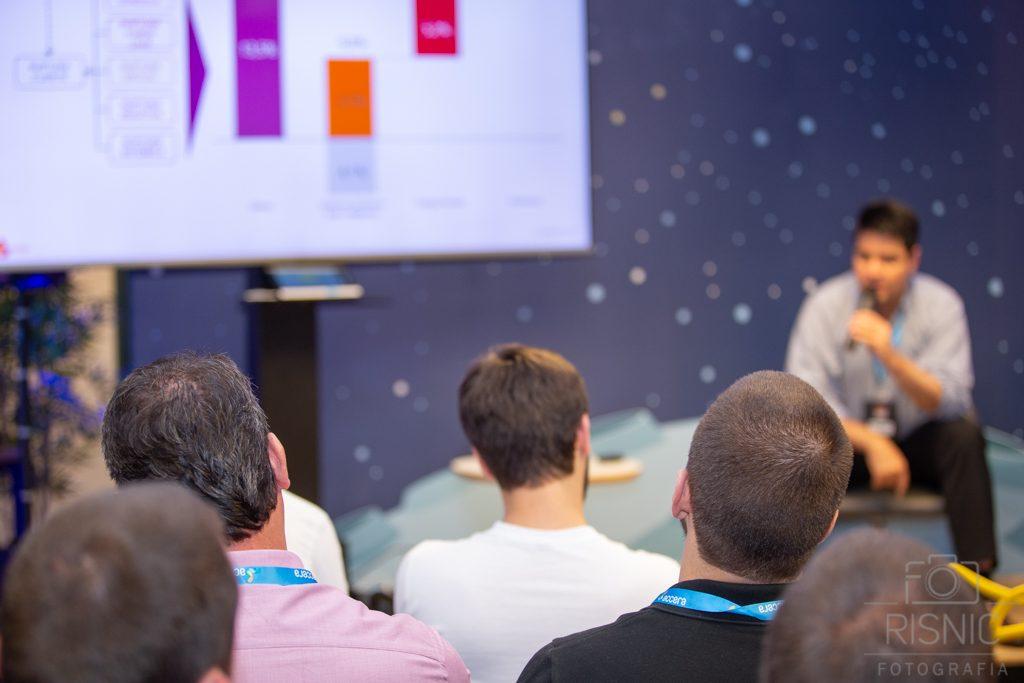 Convidados assistindo a palestra no evento da Accera BBQ