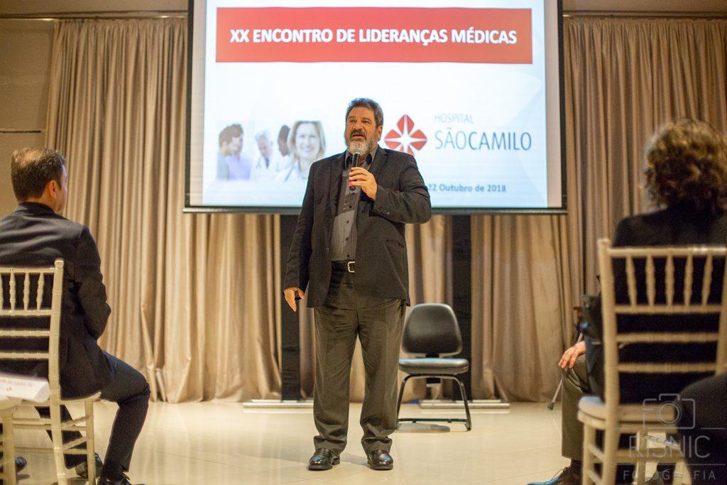 Mario Sergio Cortella palestrando no evento XX Encontro de Lideranças Médicas, organizado pelo Hospital São Camilo