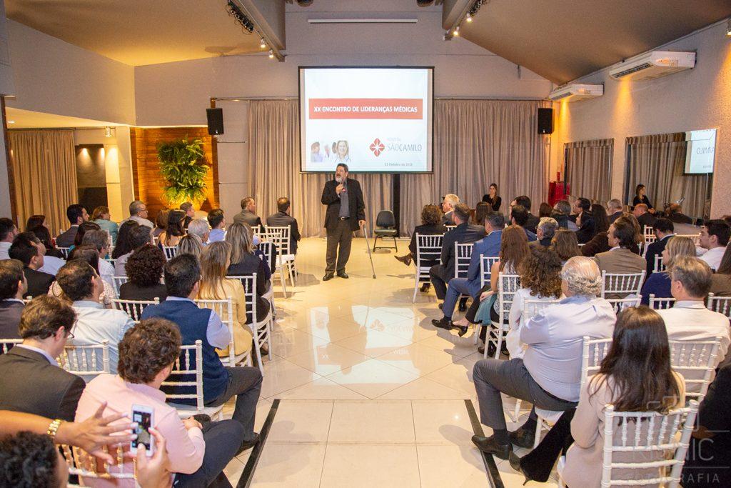 Mario Sergio Cortella palestrando no evento XX Encontro de Lideranças Médicas, evento do Hospital São Camilo