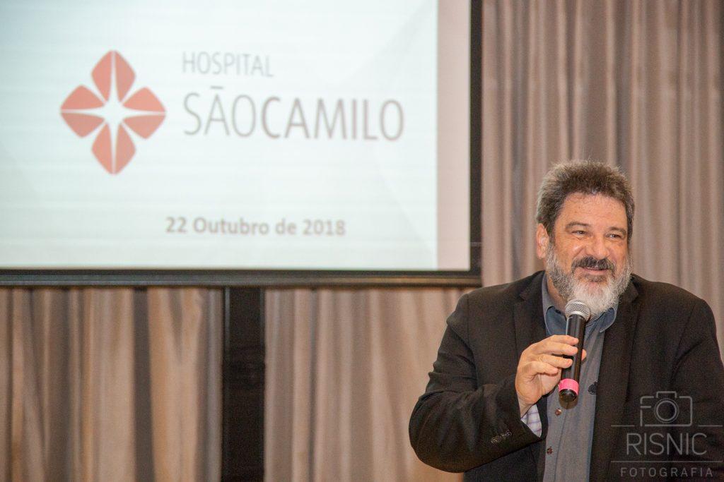 Mario Sergio Cortella palestrando no evento XX Encontro de Lideranças Médicas, organizado pelo Hospital São Camilo na Pompéia