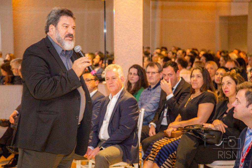 Mario Sergio Cortella palestrando no evento XX Encontro de Lideranças Médicas. Atrás vemos o corpo diretivo do Hospital São Camilo