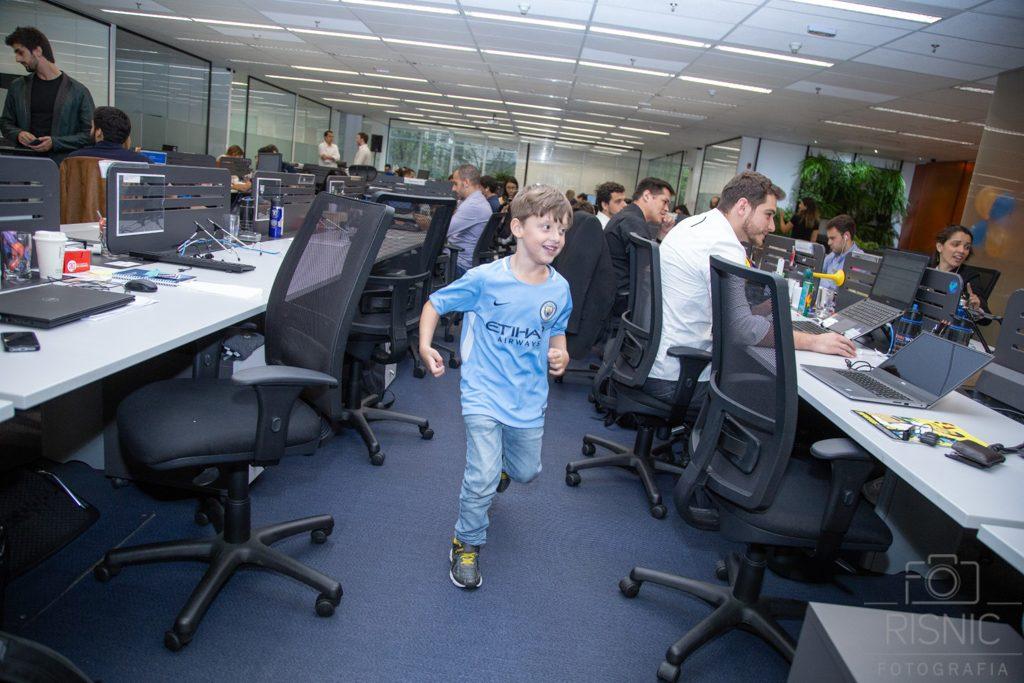 Kids day no escritório Neoway: corrida no meio do escritório