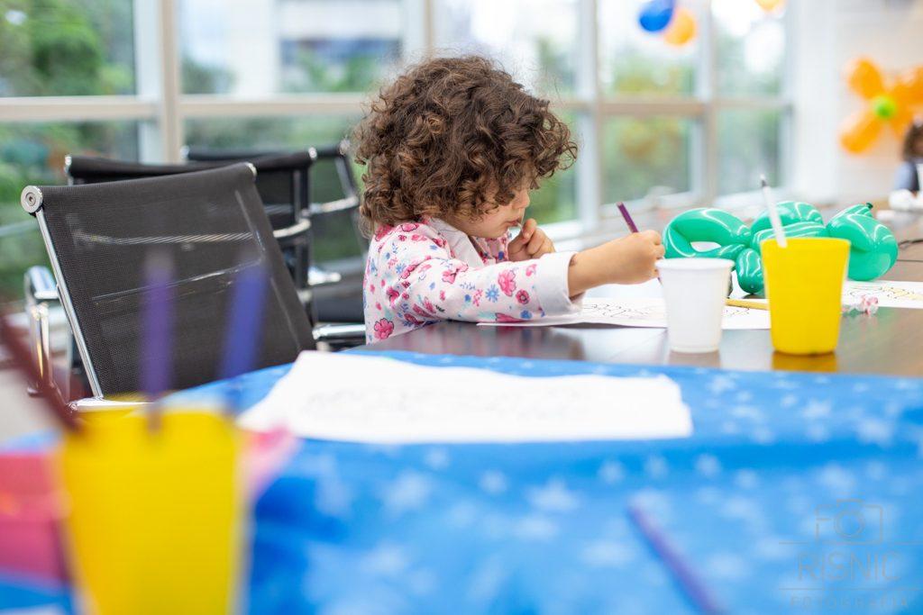 Kids day no escritório Neoway: concentração na brincadeira de pintar