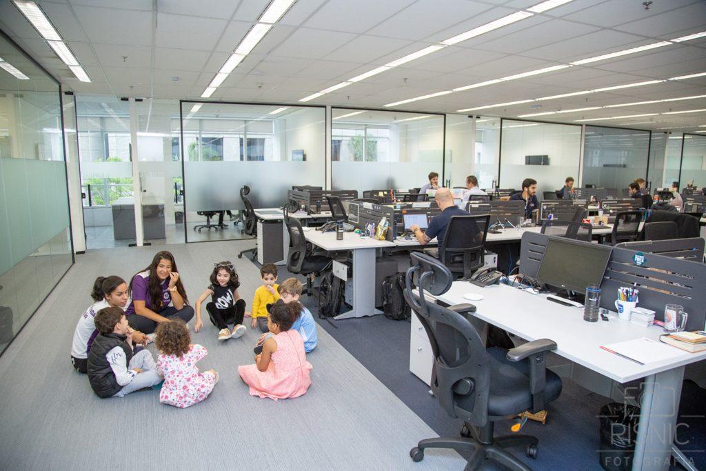 Kids day no escritório Neoway: brincadeira no meio do escritório