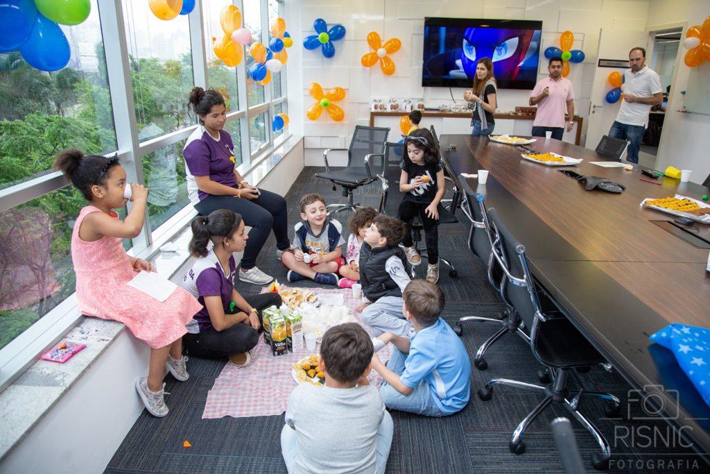 Kids day no escritório Neoway:  brincadeira na sala de reunião