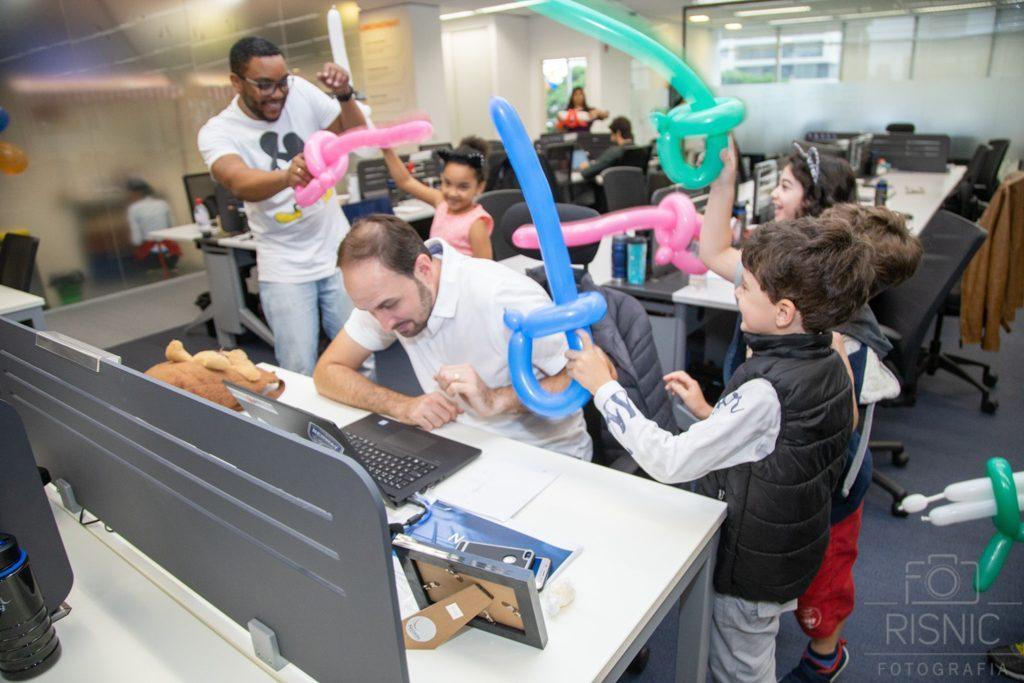 Kids day no escritório Neoway: guerra de bexigas em forma de espada para descontrair o dia de trabalho