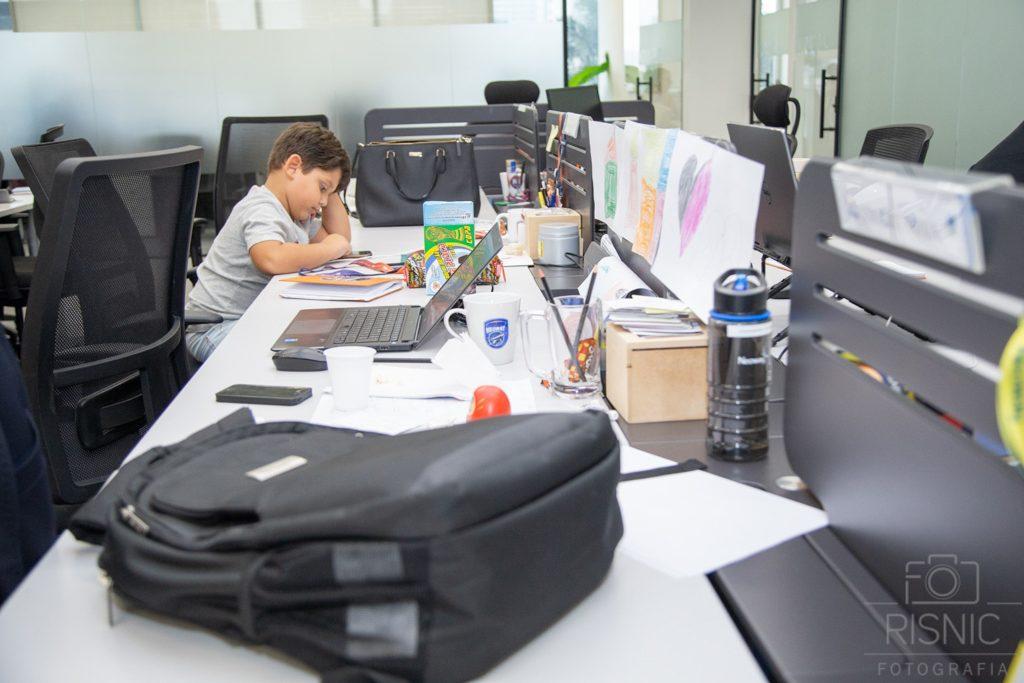 Kids day no escritório Neoway: menino concentrado no celular