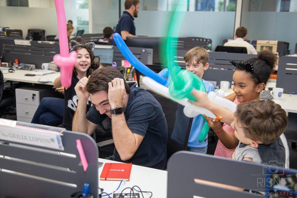 Kids day no escritório Neoway: guerra de bexigas em forma de espada para descontrair o ambiente de trabalho corporativo