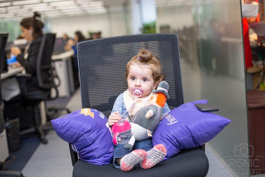 Kids day no escritório Neoway: descanso na cadeira do escritório