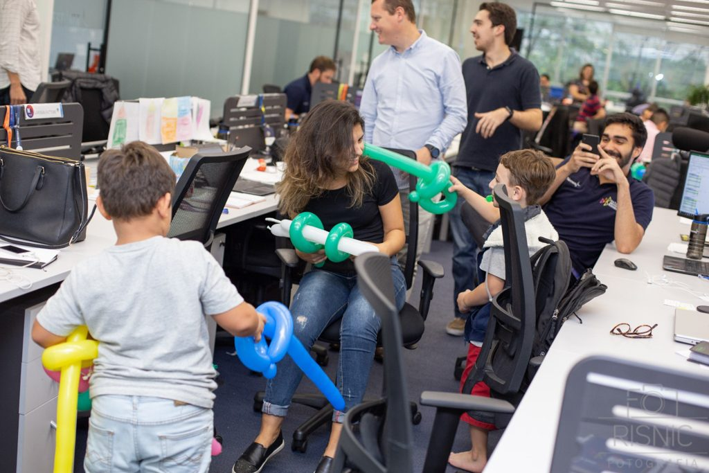 Kids day no escritório Neoway: guerra de espadas no escritório