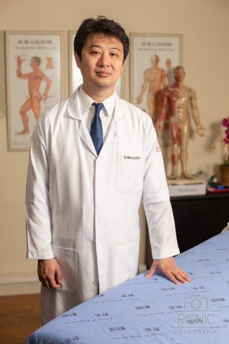 Retrato Corporativo do Médico Marcus Yu Bin Pai, especialista em Acunpuntura e Dor, em seu consultório