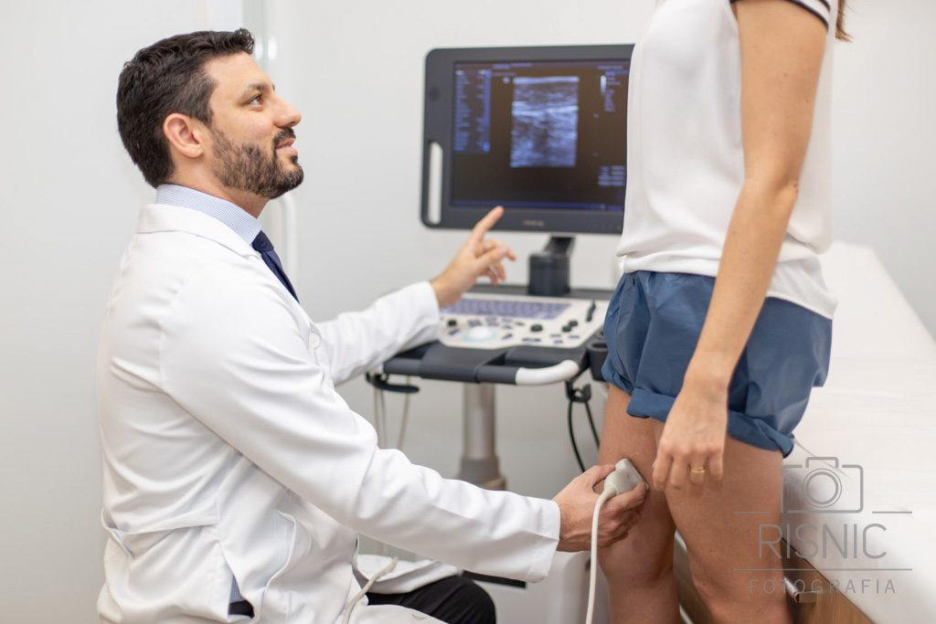 Retrato corporativo do médico Rafael Catto, durante exame vascular. Retrato institucional