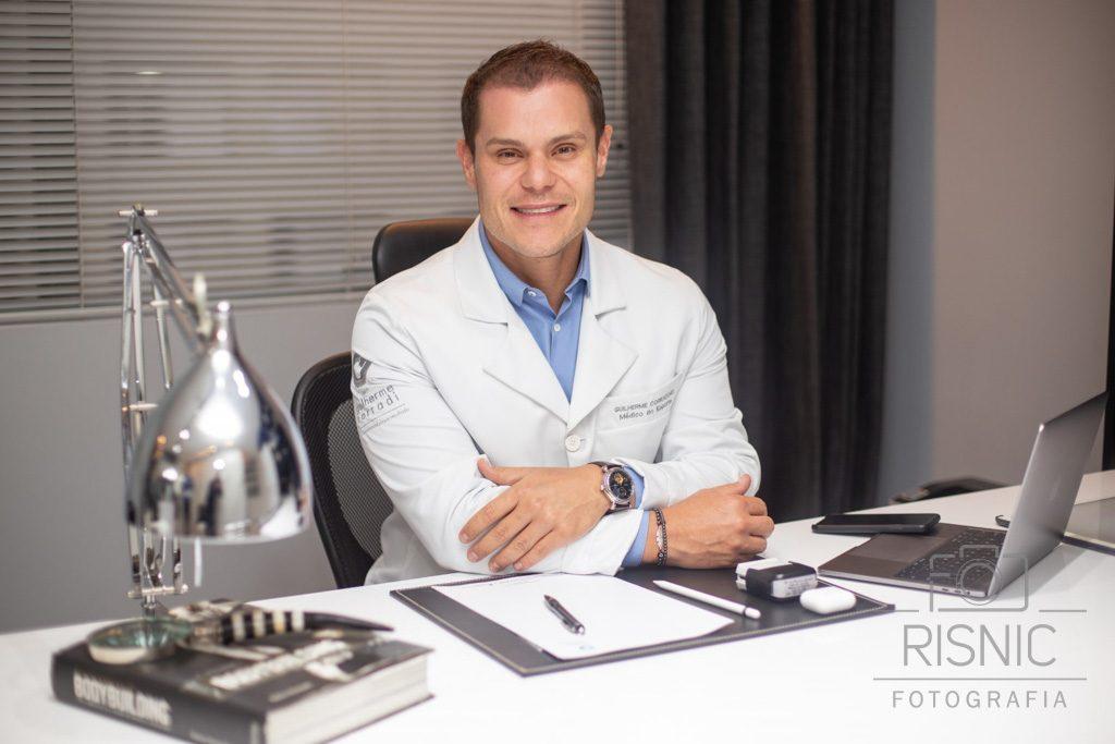 Retrato corporativo do médico Guilherme Corradi, médico esportivo