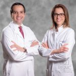 Retrato corporativo de médicos, um casal de médicos em fundo com textura