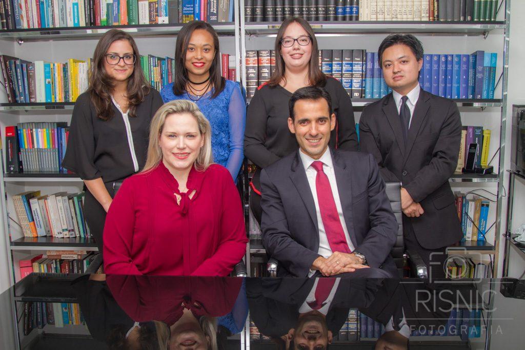 Retratos de advogados em mesa de trabalho