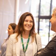 Evento Corporativo da Assodeere - Projeções de Mercado para o FY20. Nesta foto está uma mulher sorridente