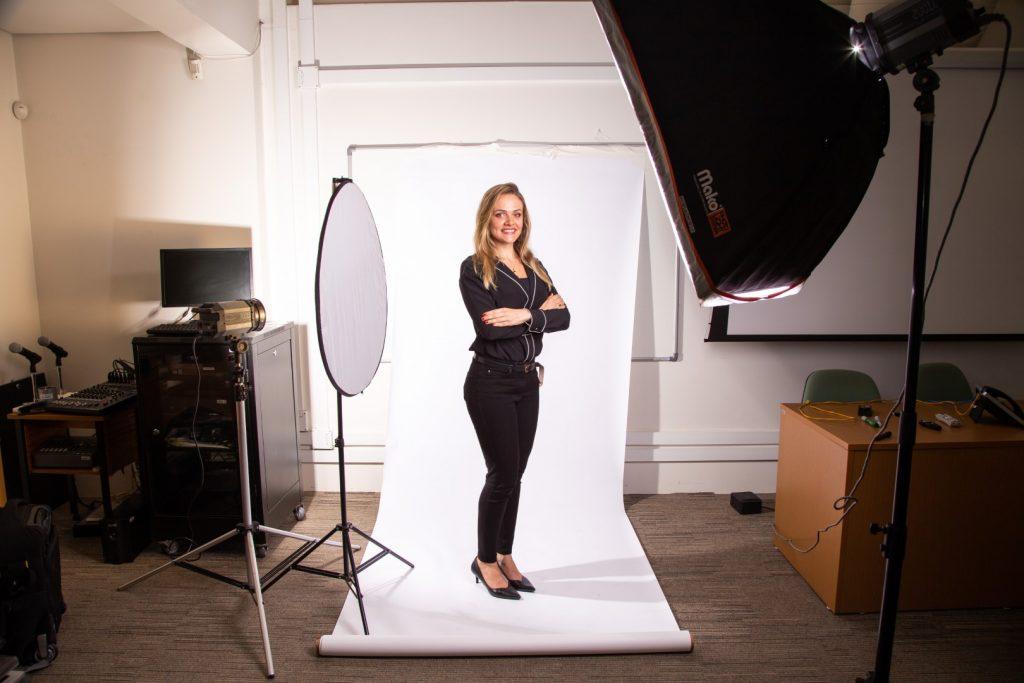 Making of da produção de retrato corporativo com montagem de estúdio móvel dentro da empresa.